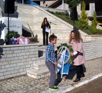 Κατάθεση στεφάνου απ την πρόεδρο της Νεολαίας Βορειοηπειρωτών, Ελένη Δήμου